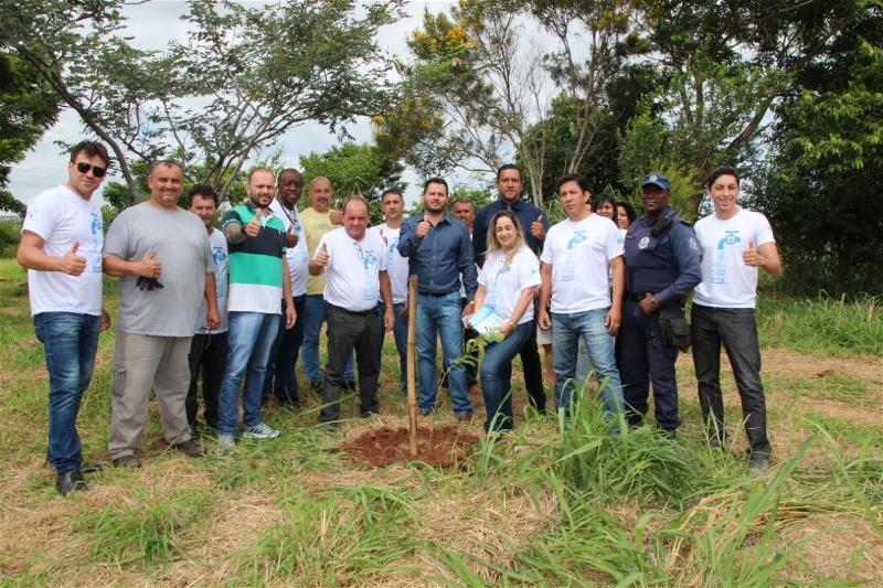 Meio Ambiente planta 45 mudas em área de preservação ambiental