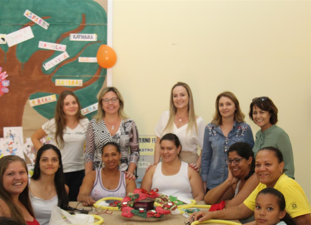 CRAS realiza oficina de fabricação de guirlanda de natal
