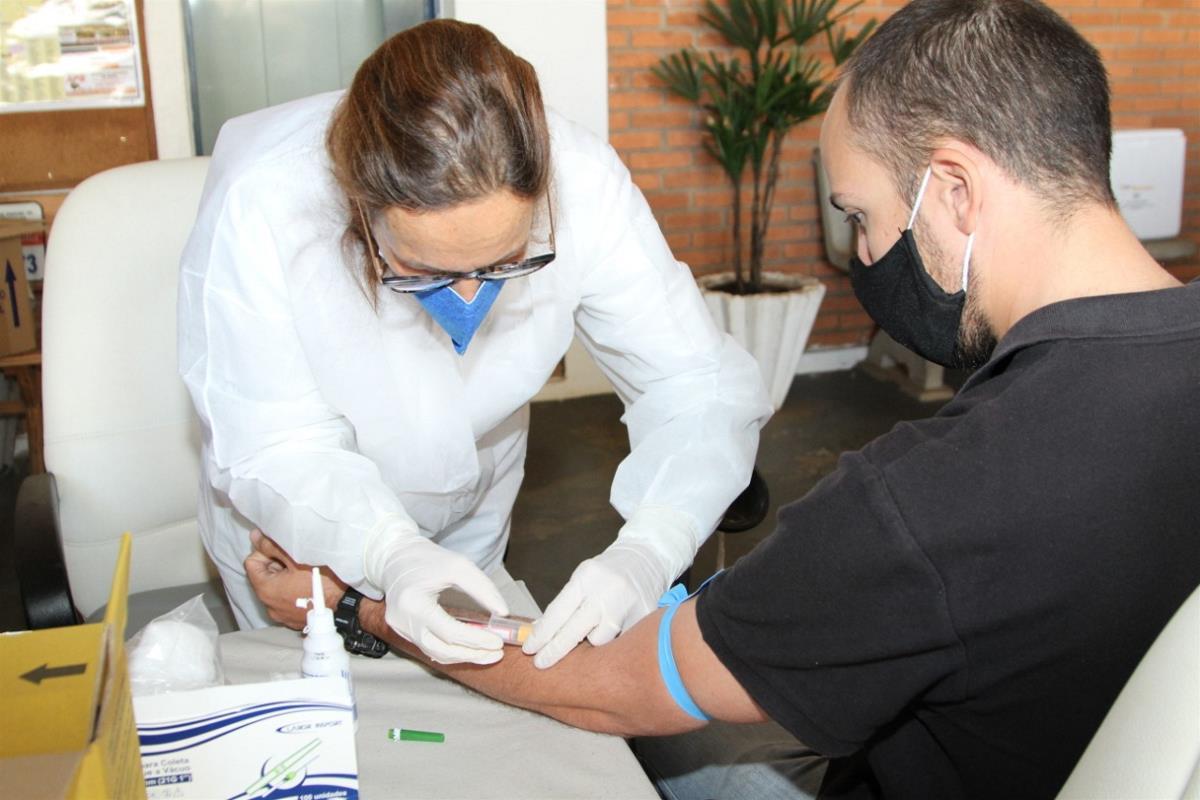 Profissionais da segurança pública realizam o teste rápido para coronavírus