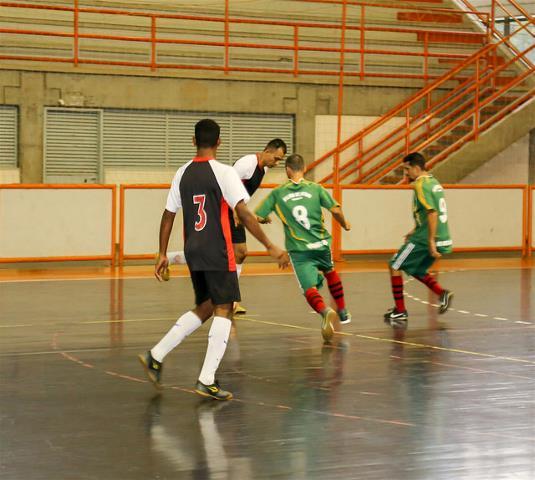 80ee7792e3 A rodada deste domingo vai definir as equipes que irão continuar na luta  pelo título dos campeonatos da 2ª Divisão e Veteranos do Municipal de Futsal .